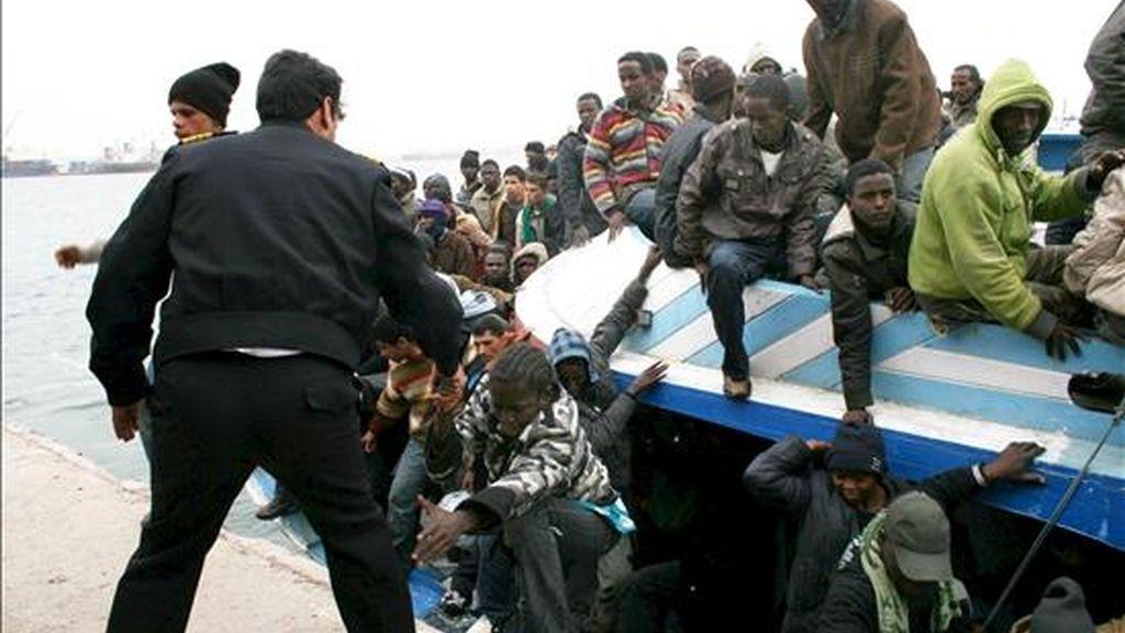 Fotografía facilitada este miércoles 1 de abril, que muestra el desembarco de inmigrantes africanos que tuvieron que ser rescatados en alta mar cuando los tres botes en los que viajaban volcaron, en Trípoli (Libia), el 29 de marzo. EFE