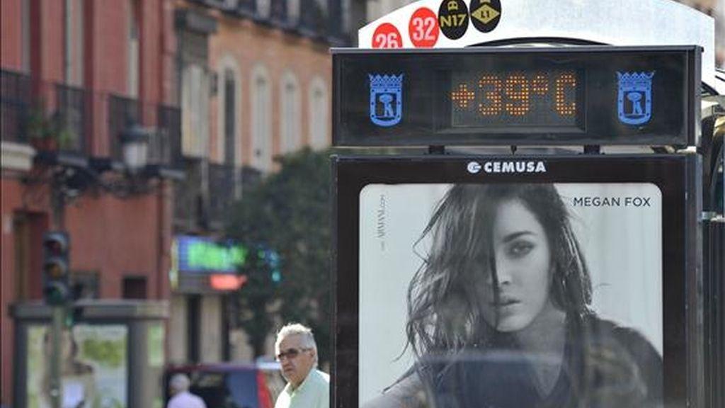 Un termómetro de una parada de autobús marca 39 grados. EFE/Archivo