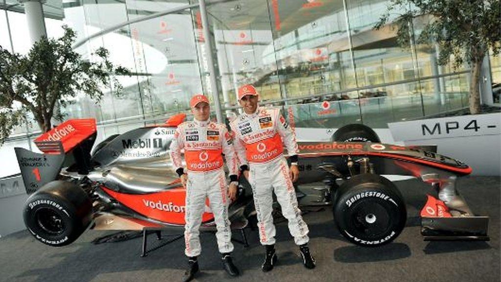 Hamilton y Kovalainen, junto al MP4/24. FOTO: EFE.