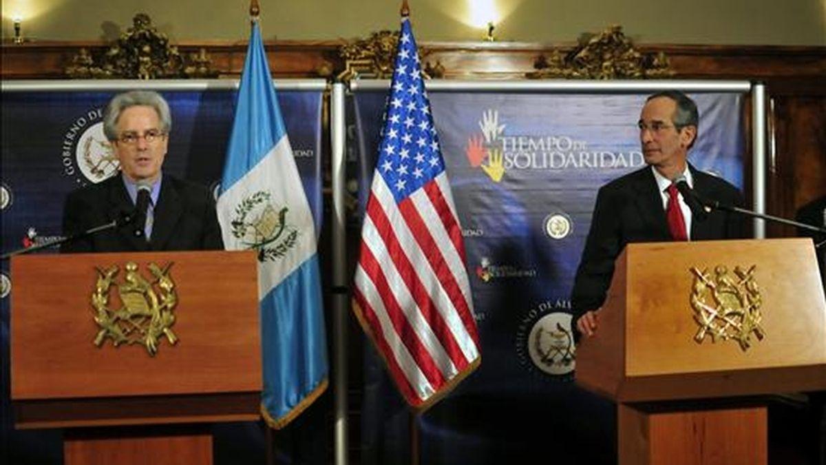 El secretario de Estado Adjunto de EE.UU. para Latinoamérica, Arturo Valenzuela (i), habla hoy durante una rueda de prensa con el presidente guatemalteco, Álvaro Colom (d), en el salón de los espejos de la casa presidencial en Ciudad de Guatemala, Guatemala. EFE
