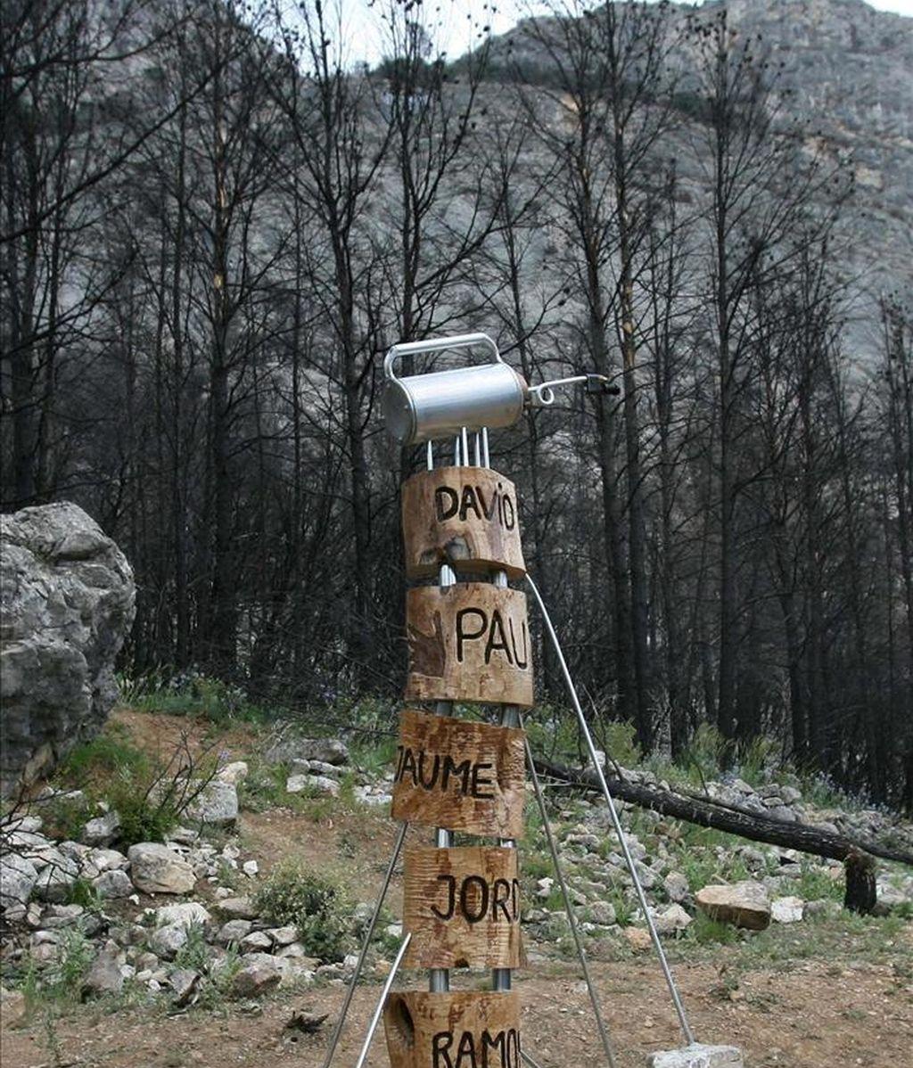 Imagen del monumento que los bomberos de Horta de Sant Joan instalaron en el lugar en el que cinco bomberos de Lleida murieron en la extinción del incendio. EFE/Archivo