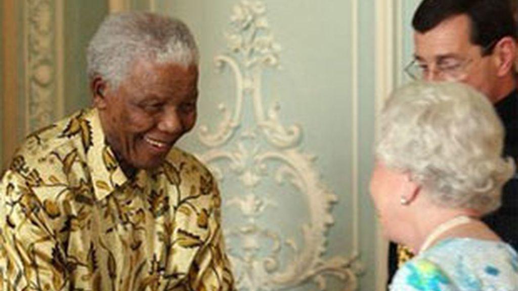 Nelson Mandela es recibido por la reina Isabel II en el Palacio de Buckingham. Foto: AP.
