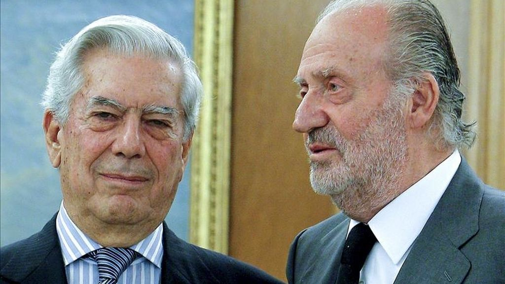 El rey Juan Carlos posa junto al escritor y académico Mario Vargas Llosa (i) a quien ha recibido en audiencia esta tarde en el Palacio de la Zarzuela. EFE