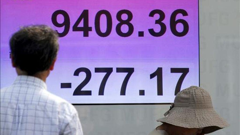 Un hombre se detiene ante una pantalla con los resultados de la Bolsa de Tokio (Japón). EFE/Archivo