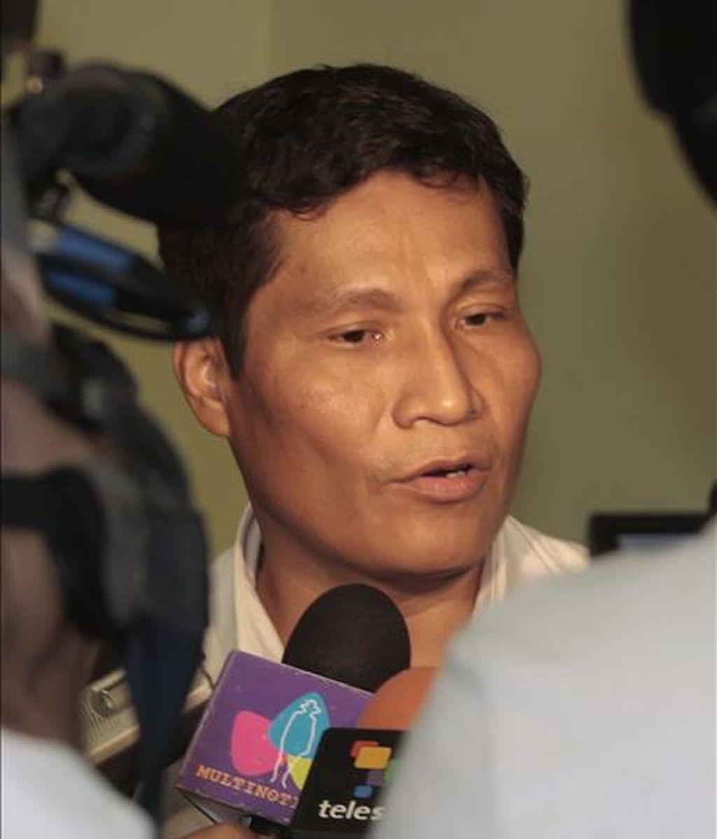 Fotografía cedida en la que aparece el líder indígena peruano Alberto Pizango mientras brinda declaraciones ante algunos medios de comunicación a su llegada al aeropuerto internacional de Managua (Nicaragua). EFE