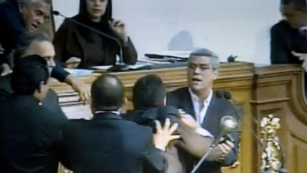 Imágenes en las que se observa al diputado opositor Alfonso Marquina (atrás-d) durante un enfrentamiento físico con Henry Ventura (2d), un diputado del oficialista Partido Socialista Unido de Venezuela (PSUV). EFE