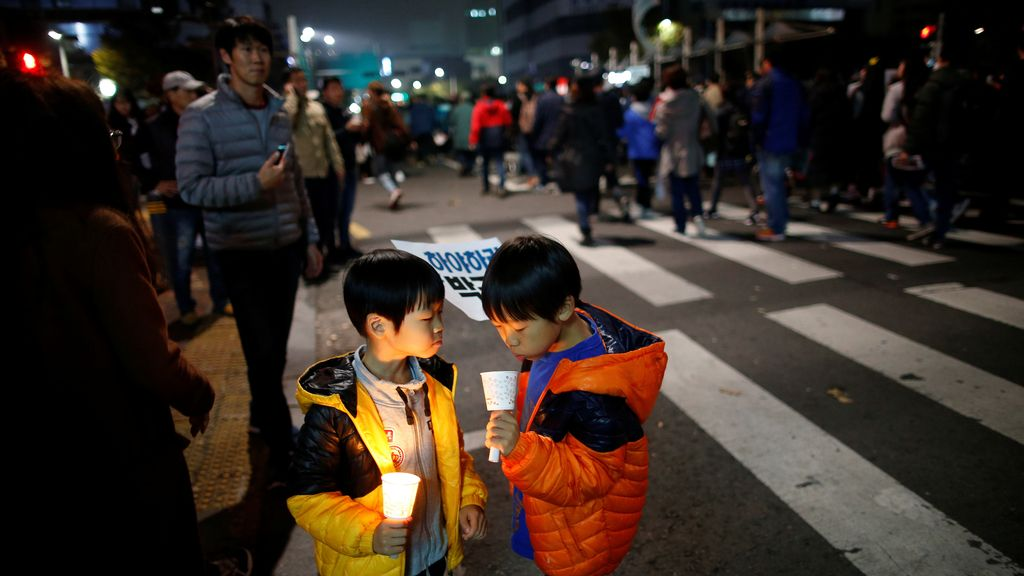 Dos niños, ajenos a todo lo que ocurre en la manifestación
