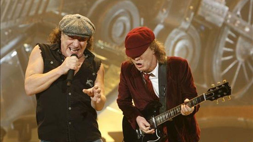 El cantante de la banda australiana AC/DC, Brian Johnson (i) y el guitarrista, Angus Young, durante su actuación, esta noche, el Palacio de los Deportes de la Comunidad de Madrid. EFE