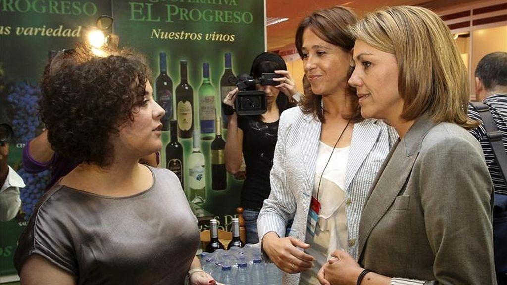La secretaria general del Partido Popular y candidata a la presidencia de Castilla-La Mancha, María Dolores de Cospedal (d), junto a la candidata a la Alcaldía de Ciudad Real, Rosa Romero, durante su visita a la Feria Nacional del Vino (Fenavin). EFE