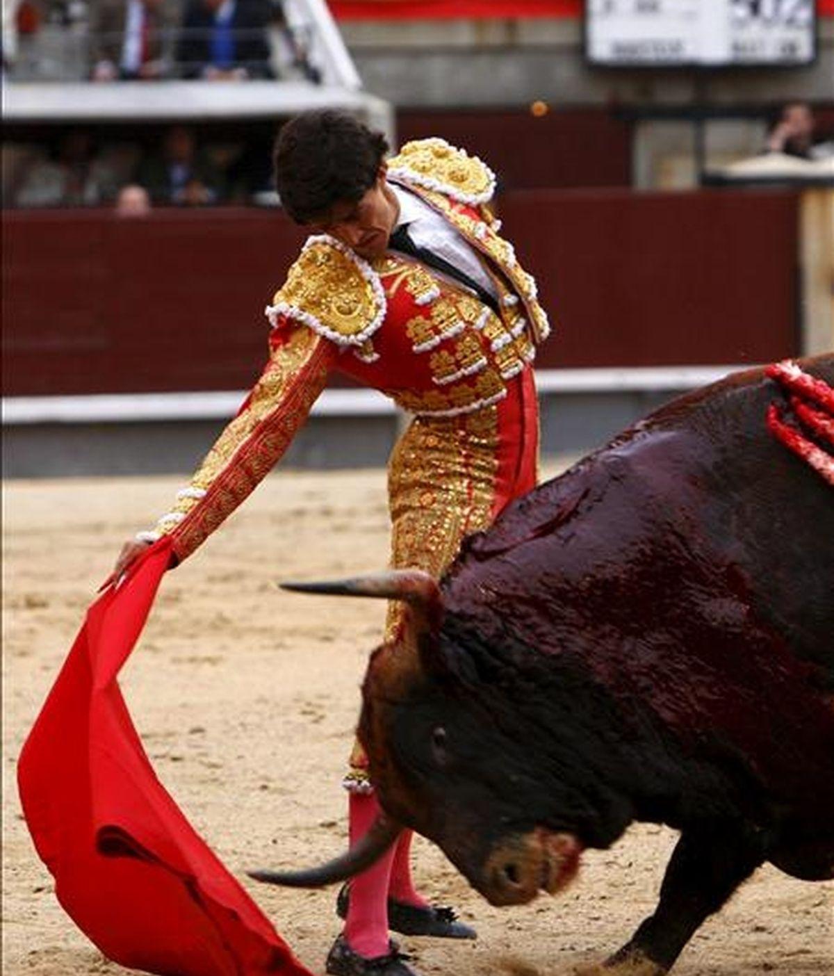 """El diestro Pedro Gutiérrez """"El Capea"""" da un derechazo a su primer astado, durante el tercer festejo de la Feria de San Isidro celebrado en la plaza de toros de Las Ventas de Madrid. EFE/Archivo"""