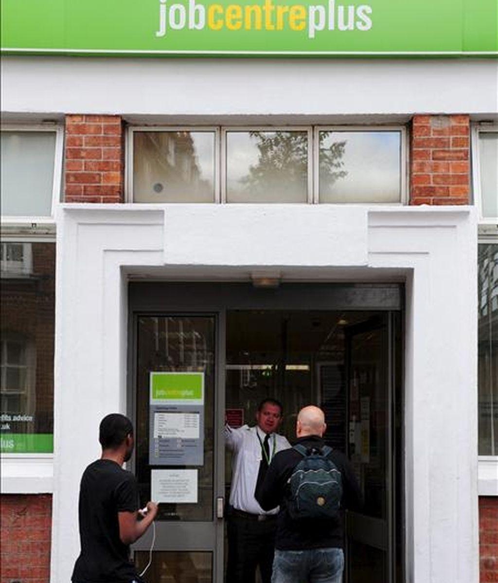 Dos hombres entran a una oficina de empleo en Chadwick Street, Westminster (Londres). EFE/Archivo