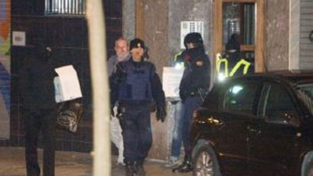 Agentes de Policía sacan documentación tras el registro del domiciio de Unai Berrosteguieta Eguiara, en Vitoria. Vídeo: ATLAS