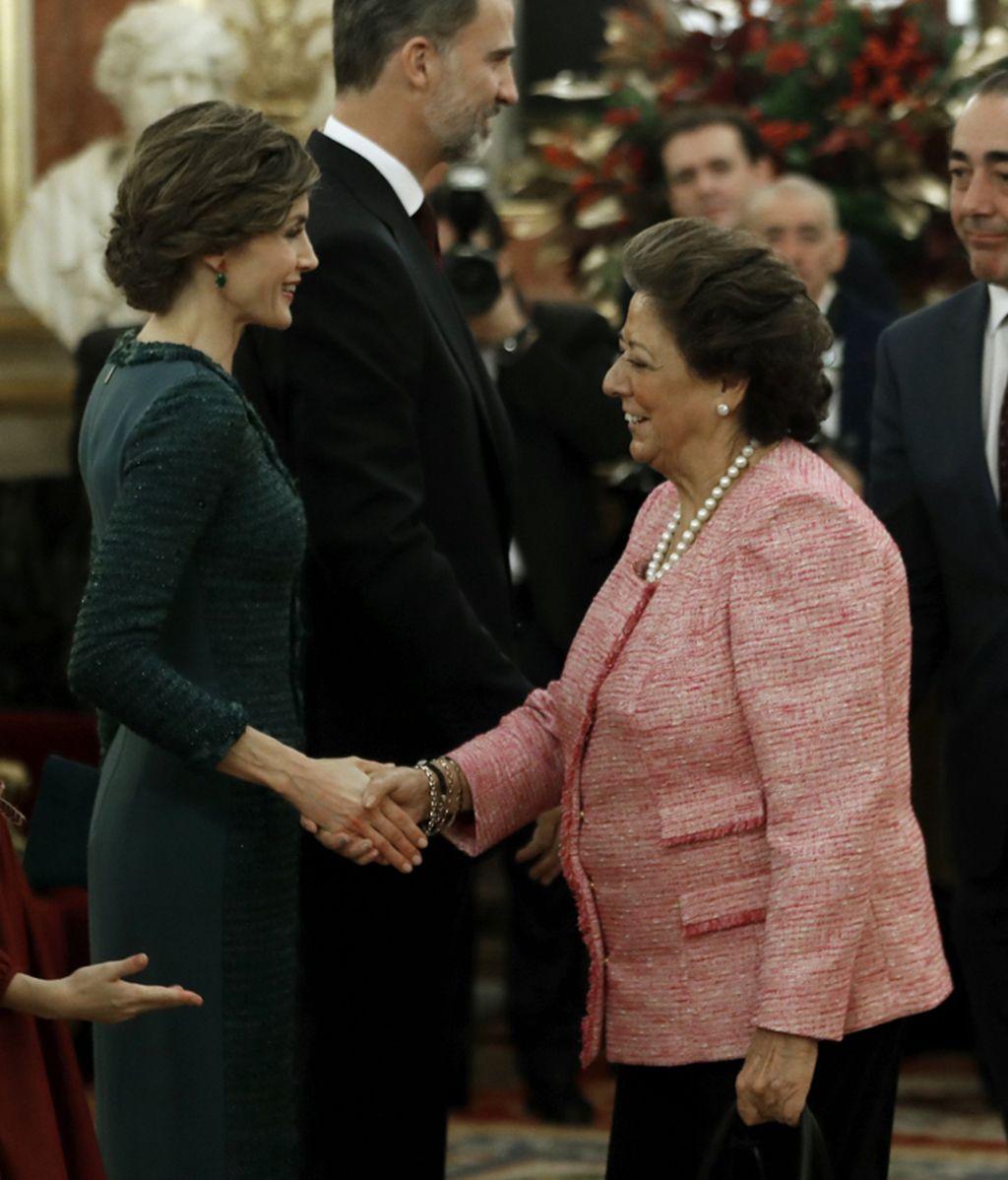La Reina Letizia saluda a la senadora Rita Barberá