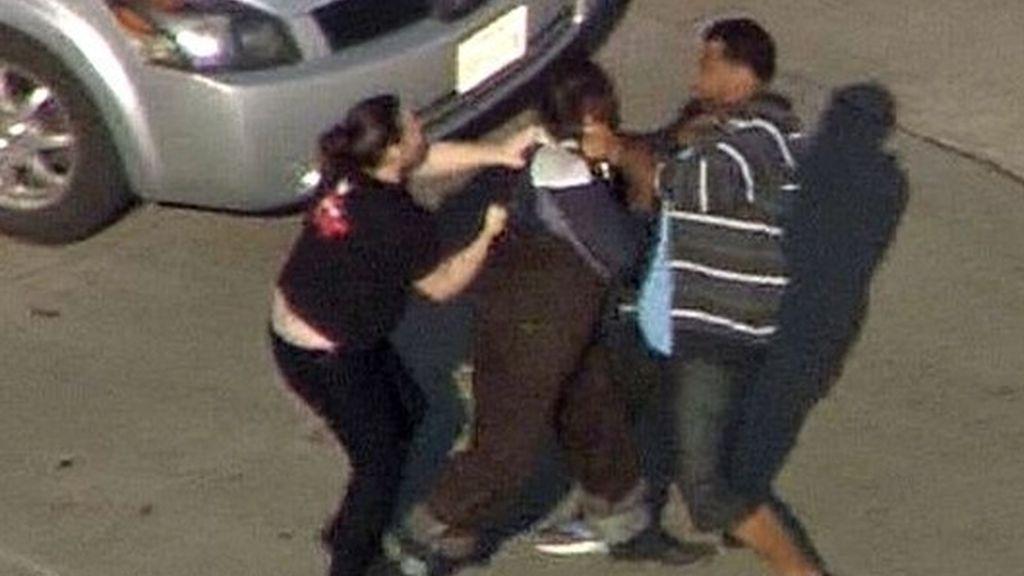 Un ladrón se estrella contra un coche y sus ocupantes le irrumpen a golpes
