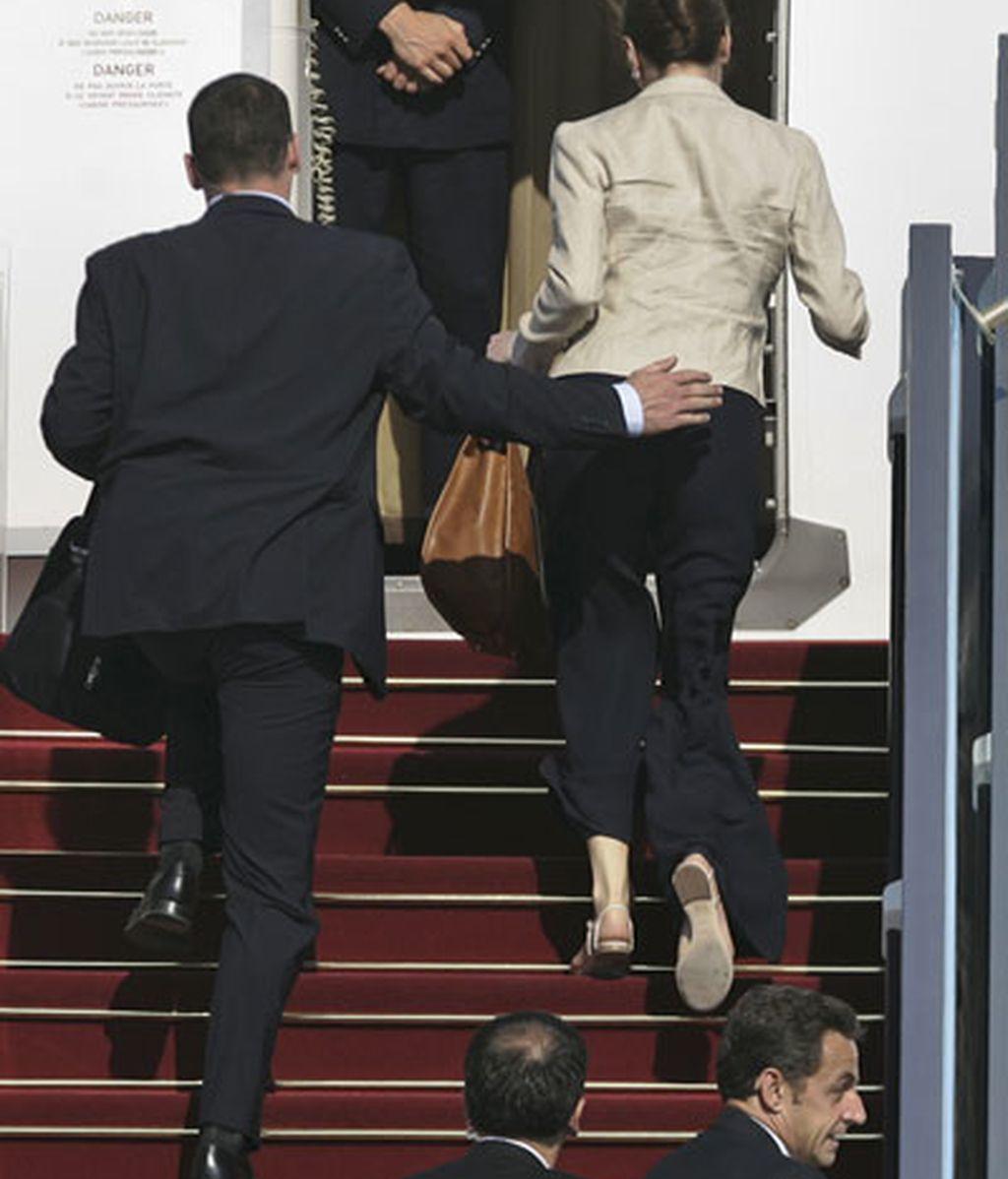 La seguridad del presidente francés ha introducido rápidamente a Sarkozy y Bruni en el avión. Vídeo: ATLAS