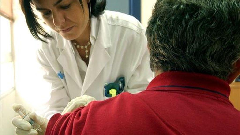 Un paciente en el momento de ser vacunado contra la gripe y el neumococo. EFE/Archivo