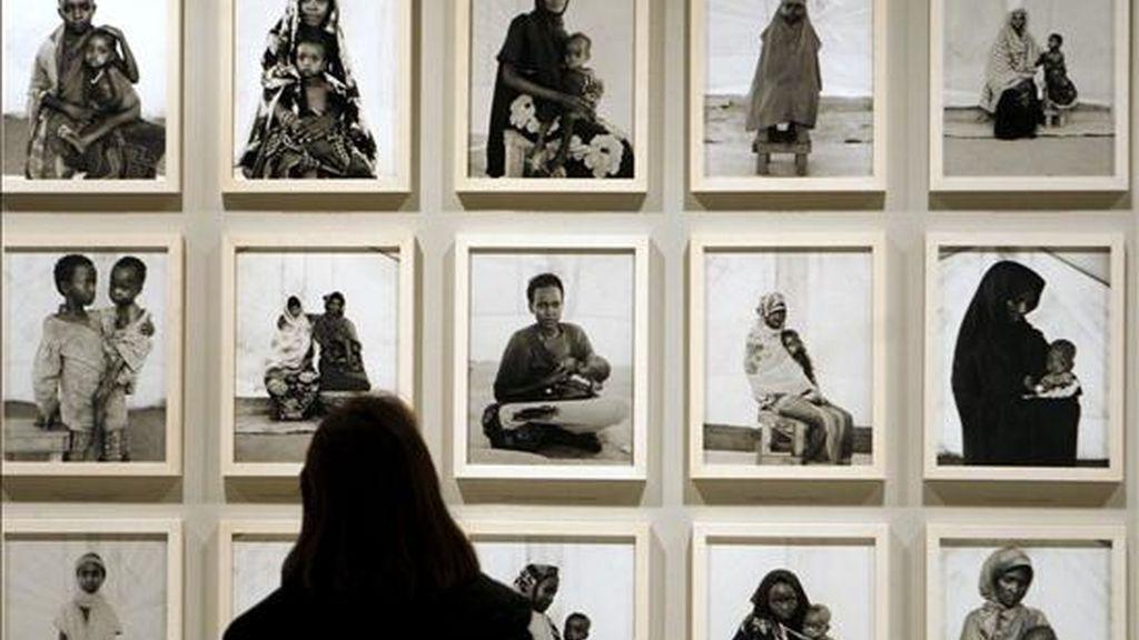 Una persona observa varias de las obras de la exposición que la Fundación Mapfre presenta por primera vez en España del trabajo del norteamericano Fazal Sheikh (Nueva York, 1965), que es la retrospectiva más importante organizada hasta la fecha sobre este fotógrafo documentalista que busca reflejar en sus imágenes la realidad que viven las comunidades más desfavorecidas del tercer mundo.EFE