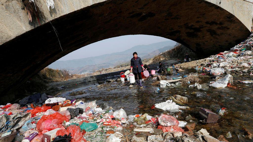 La colada en un río lleno de basura en China