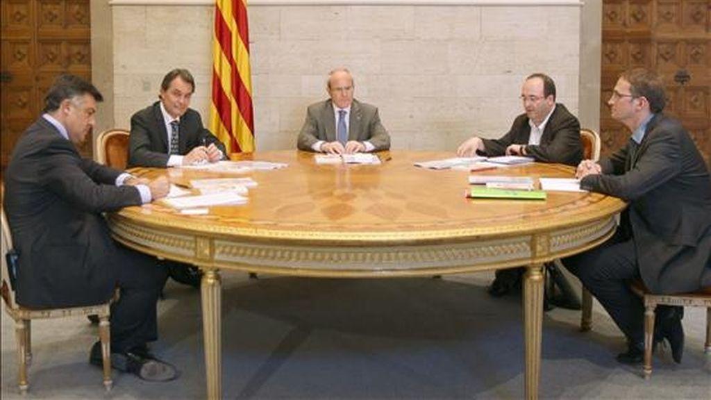 El presidente catalán, José Montilla (c), junto a los líderes de CiU, Artur Mas (2i), PSC, Miguel Iceta (2d), ERC, Joan Puigcercós (i) e ICV-EUiA, Joan Herrera (d), durante la reunión que han mantenido esta tarde en el Palau de la Generalitat. Vídeo: Informativos Telecinco.