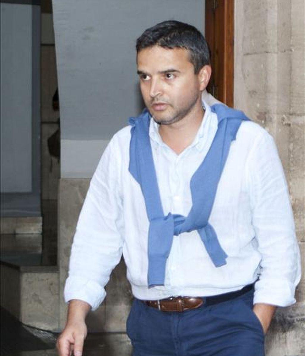 El director del Ibatur desde 2004 hasta 2007, Raimundo Alabern, abandona los juzgados de instrucción número 2 de Palma de Mallorca tras comparecer ante el juez Ignacio Lope Sola en relación con la presunta trama corrupta en torno al Instituto Balear de Turismo durante la pasada legislatura. EFE/Archivo