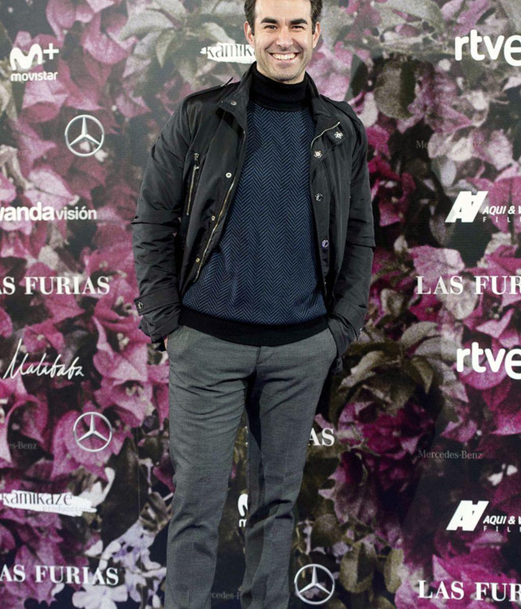 Daniel Muriel, cómodo y clásico, con jersey de cuello alto