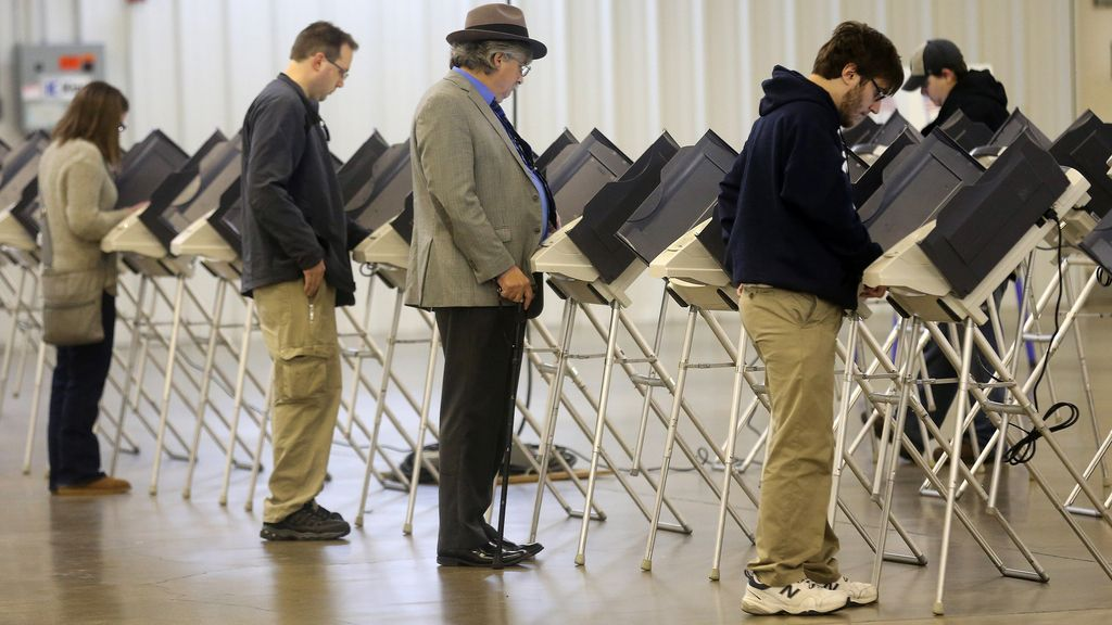 Algunas personas ejercen su derecho al voto en Ohio, EEUU