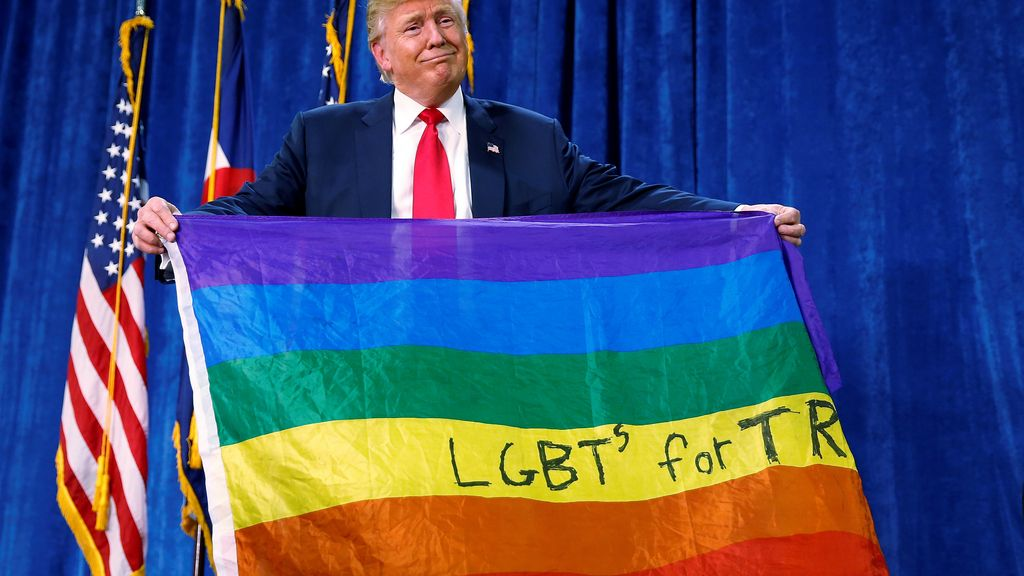 Donald Trump se cambia de acera