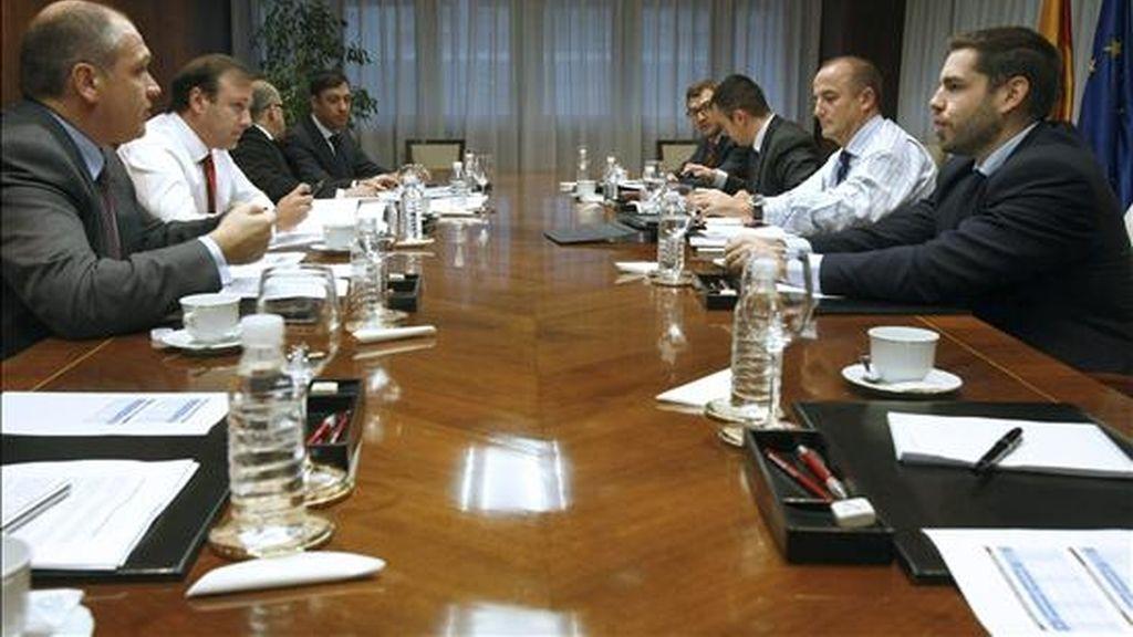 El ministro de Industria, Turismo y Comercio, Miguel Sebastián (2 dcha), y el secretario general de Turismo y Comercio Interior, Juan Mesquida (2 izda), durante la reunión que mantuvieron hoy para analizar las consecuencias de la actuación de los controladores aéreos en el sector turístico. EFE