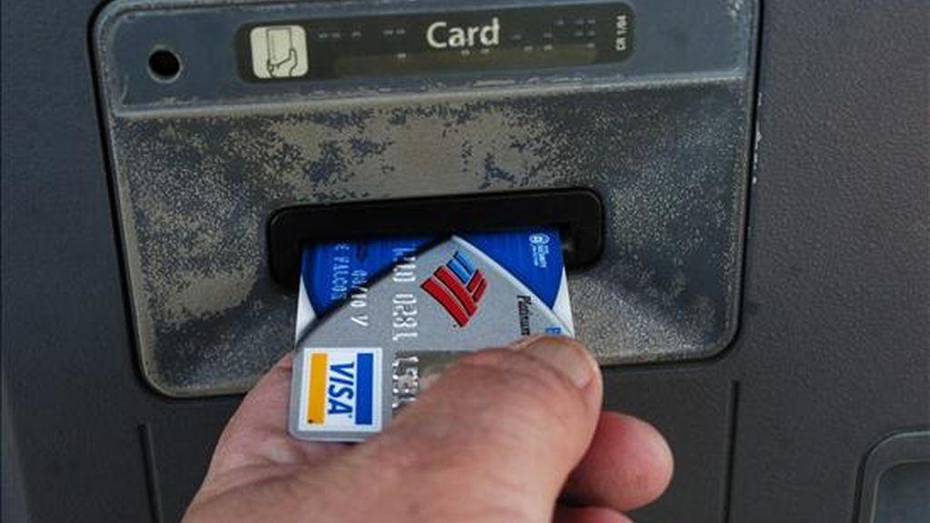 Un hombre saca dinero de un cajero automático. EFE/Archivo
