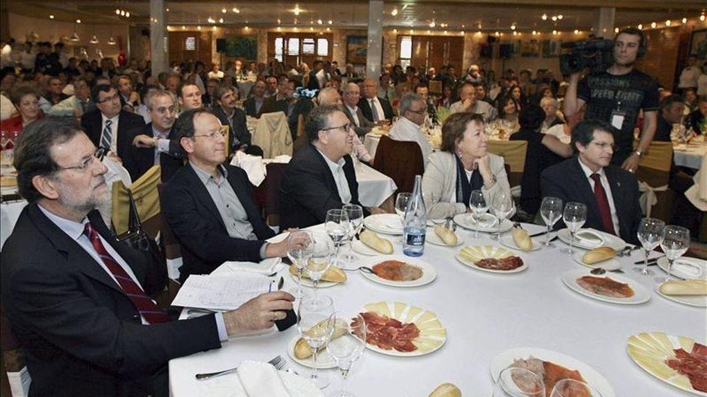 El presidente del Partido Popular, Mariano Rajoy (i), durante la comida mitin que su partido ha celebrado hoy en Murcia con afiliados y simpatizantes del PP. EFE