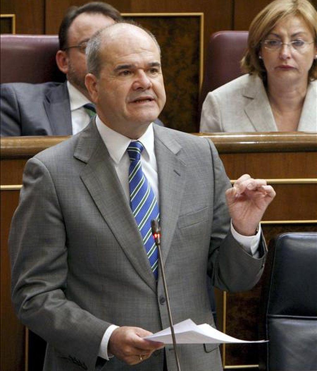 El vicepresidente tercero del Gobierno, Manuel Chaves, durante su intervención en una sesión de control al Ejecutivo. EFE/Archivo