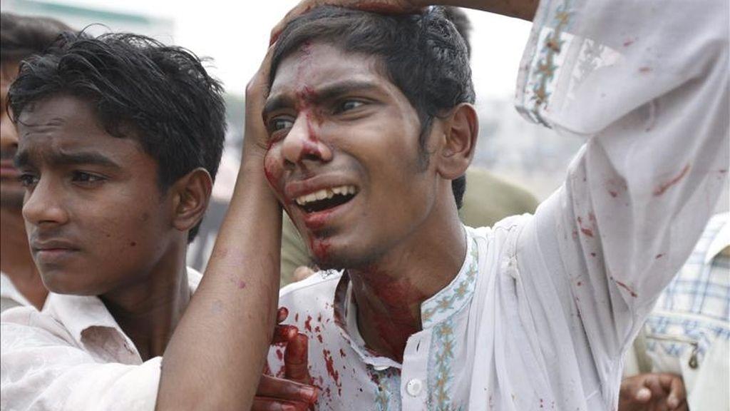 Un estudiante de las madrasas (escuelas coránicas) de Bangladesh recibe atención médica tras un choque con la policía durante una manifestación contra la nueva ley que prevé la igualdad de oportunidades para las mujeres en materia de empleo y trabajo, en Narayangonj, Bangladesh. EFE