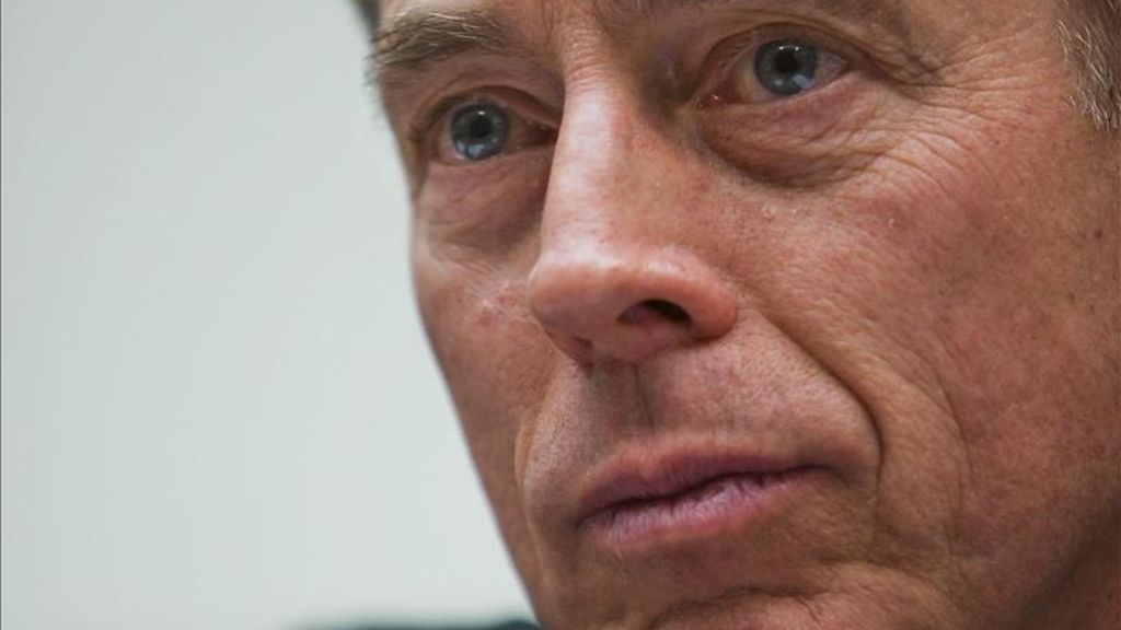 David Petraeus, quien abandonará las Fuerzas Armadas al incorporarse a la CIA, permanecerá al frente de las fuerzas internacionales en Afganistán (ISAF) hasta septiembre. EFE/Archivo