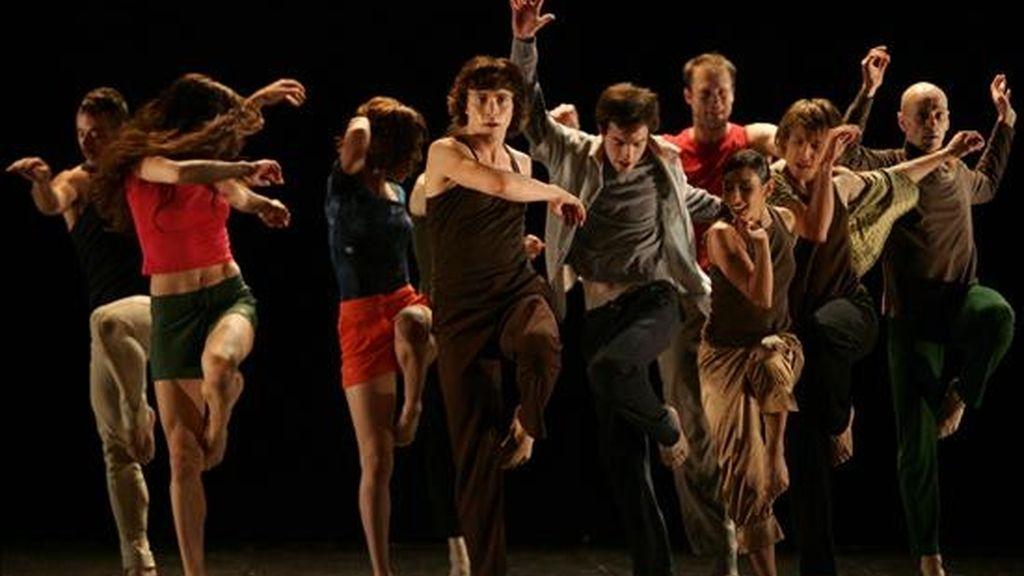"""Imagen de este martes de la compañía de danza catalana Gelabert Azzopardi durante la presentación de su nueva producción """"Sense Fi Conquassabit"""", en el teatro Segura de Lima (Perú). EFE"""