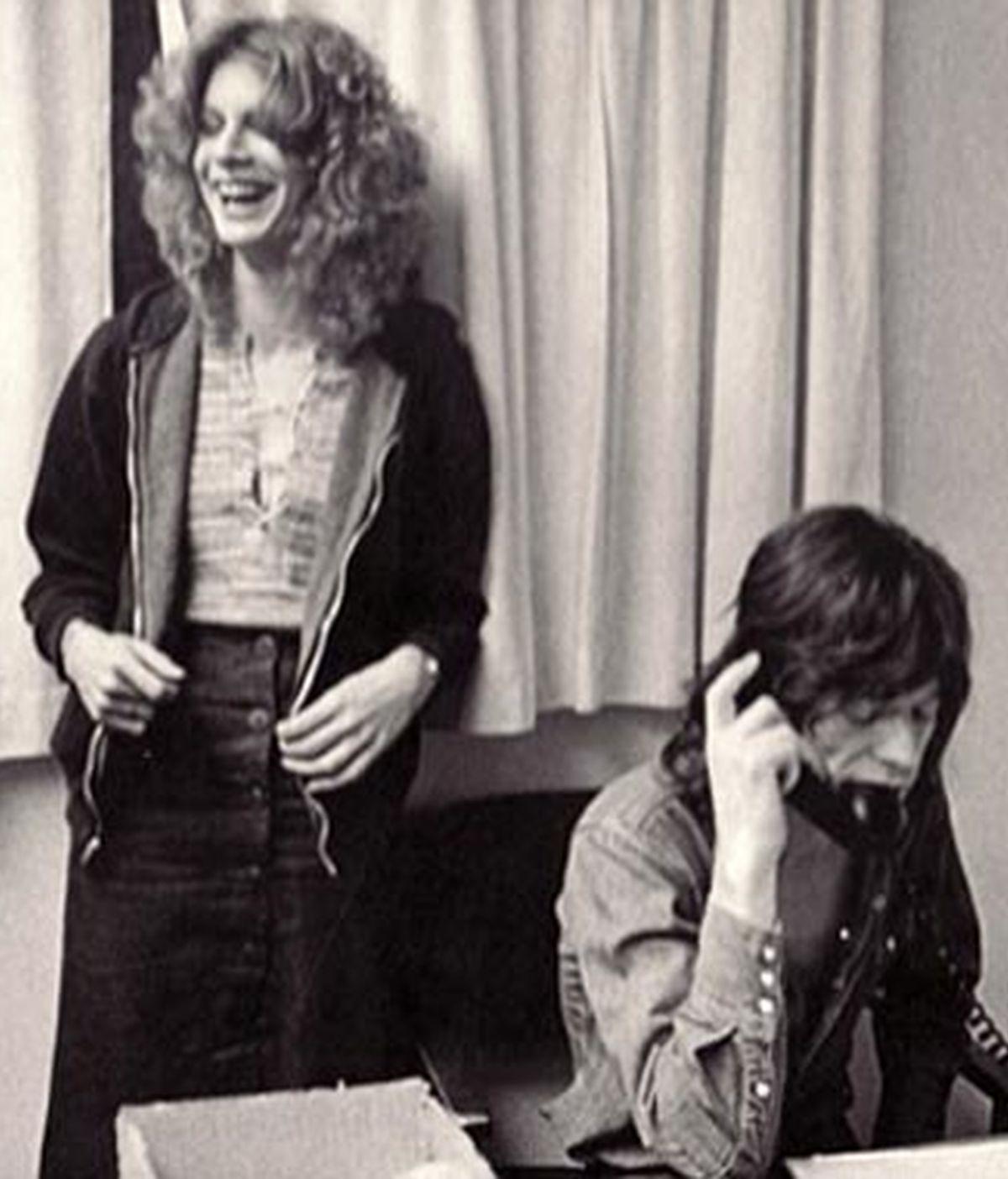 """Chris O'Dell, la grouppie más famosa de la historia de los años 70 cuenta en una autobiografía los años de """"sexo, droga y rock & roll"""". En la foto, junto a Mick Jagger con el que mantuvo una relación amorosa."""