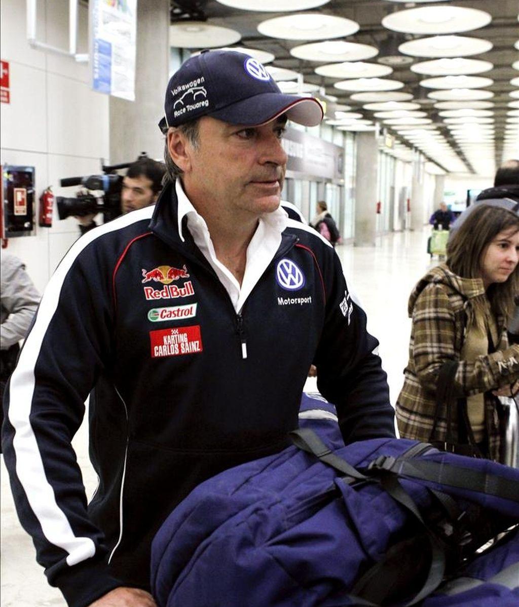El piloto español Carlos Sainz, a su llegada al aeropuerto de Madrid-Barajas tras su participación en el Rally Dakar 2011 en el que acabó tercero. EFE/Archivo