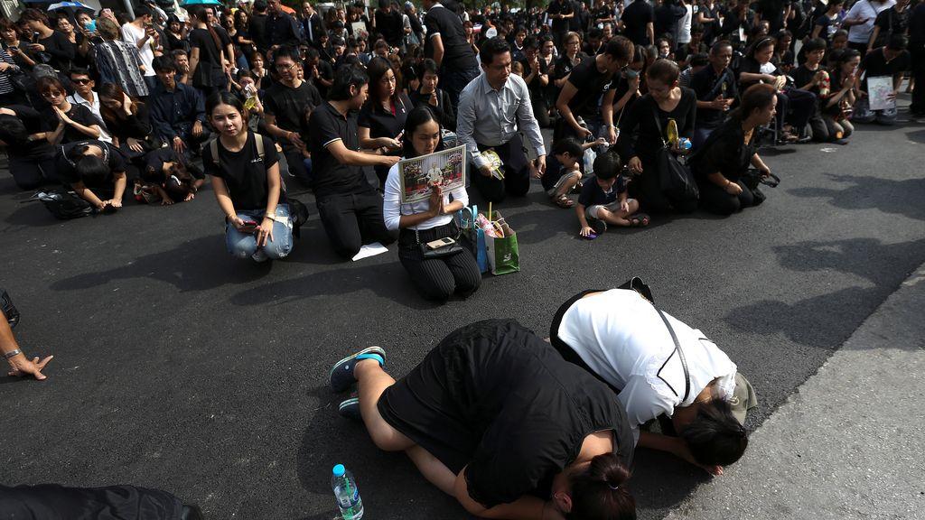 Los tailandeses rezan en nombre de su rey