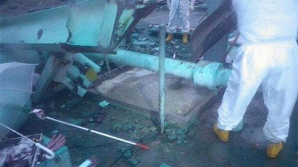 En la imagen, dos trabajadores inspeccionan una zona cercana al reactor 3 donde se encontró agua contaminada por la radiación. Foto: AP.
