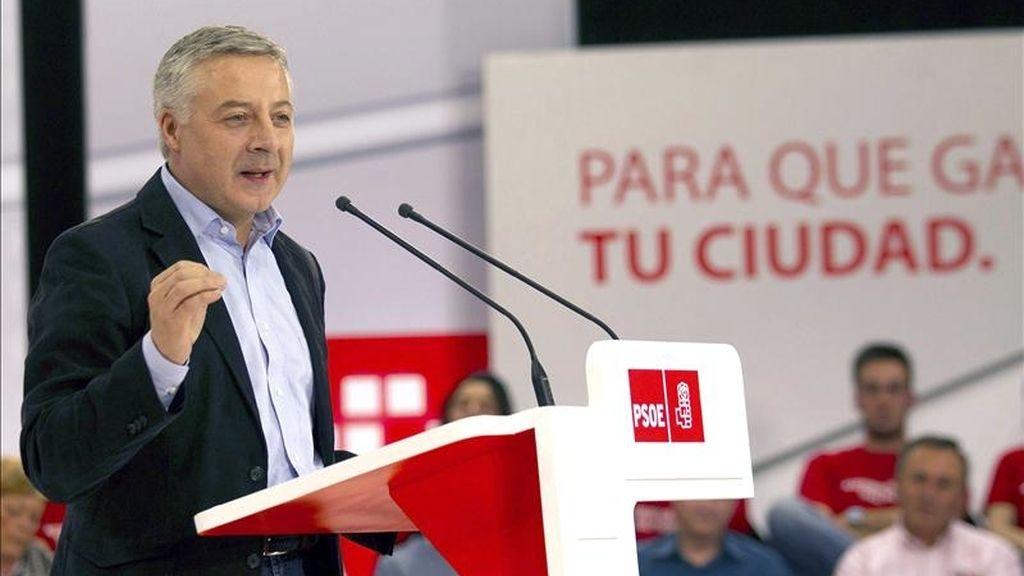 El vicesecretario general del PSOE, José Blanco, durante su discurso en el acto electoral que los socialistas celebran hoy en Langreo. EFE