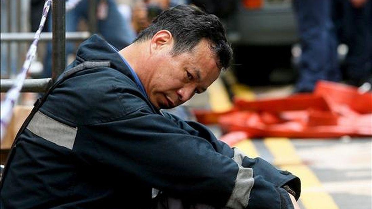 Un bombero descansa tras el incendio. EFE/Archivo