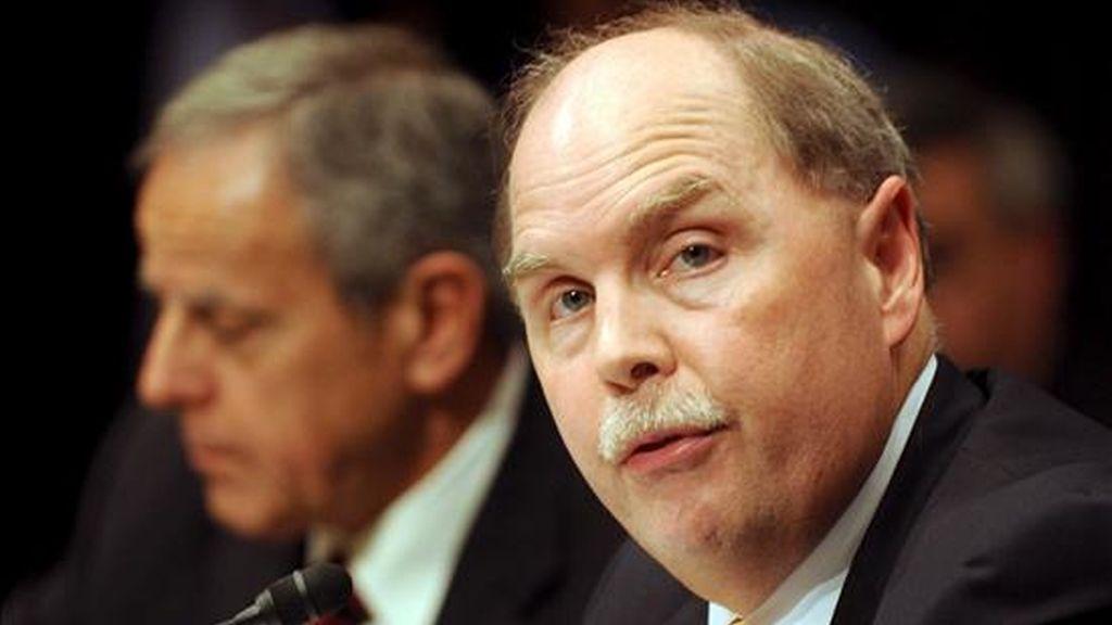 El director ejecutivo de General Motors, Fritz Henderson (d), y el presidente de Chrysler, James Press, participan en la audiencia de las declaraciones del Comité del Senado de Comercio, Ciencia y Transporte que se llevó a cabo hoy en Washington D.C. (EE.UU.). EFE