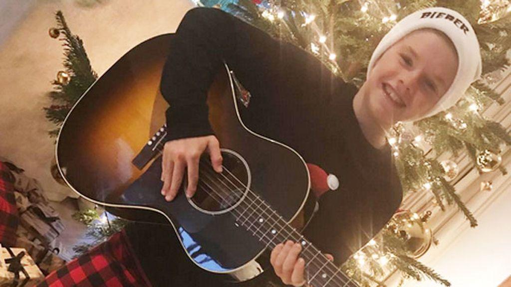 La cara de ilusión del nuevo 'it boy' Cruz Beckham, con su nueva guitarra Gibson