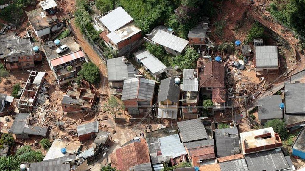 Vista de una zona afetcada por las inundaciones en Teresópolis (Brasil). Al menos 115 personas murieron a causa del temporal de lluvias que afecta al estado de Río de Janeiro, donde la situación ha sido considerada como crítica por las autoridades. EFE