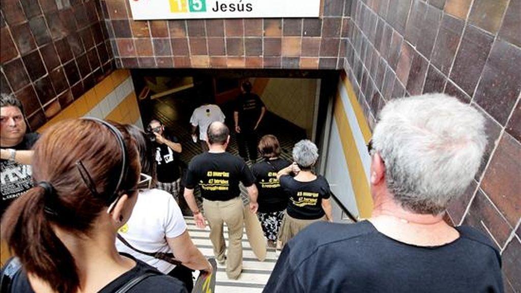 """Familiares de las víctimas del accidente del Metro de Valencia del 3 de julio de 2006, en el que murieron 43 personas y otras 47 resultaron heridas, entran en el suburbano para realizar el trayecto que las víctimas """"no pudieron acabar"""". EFE"""