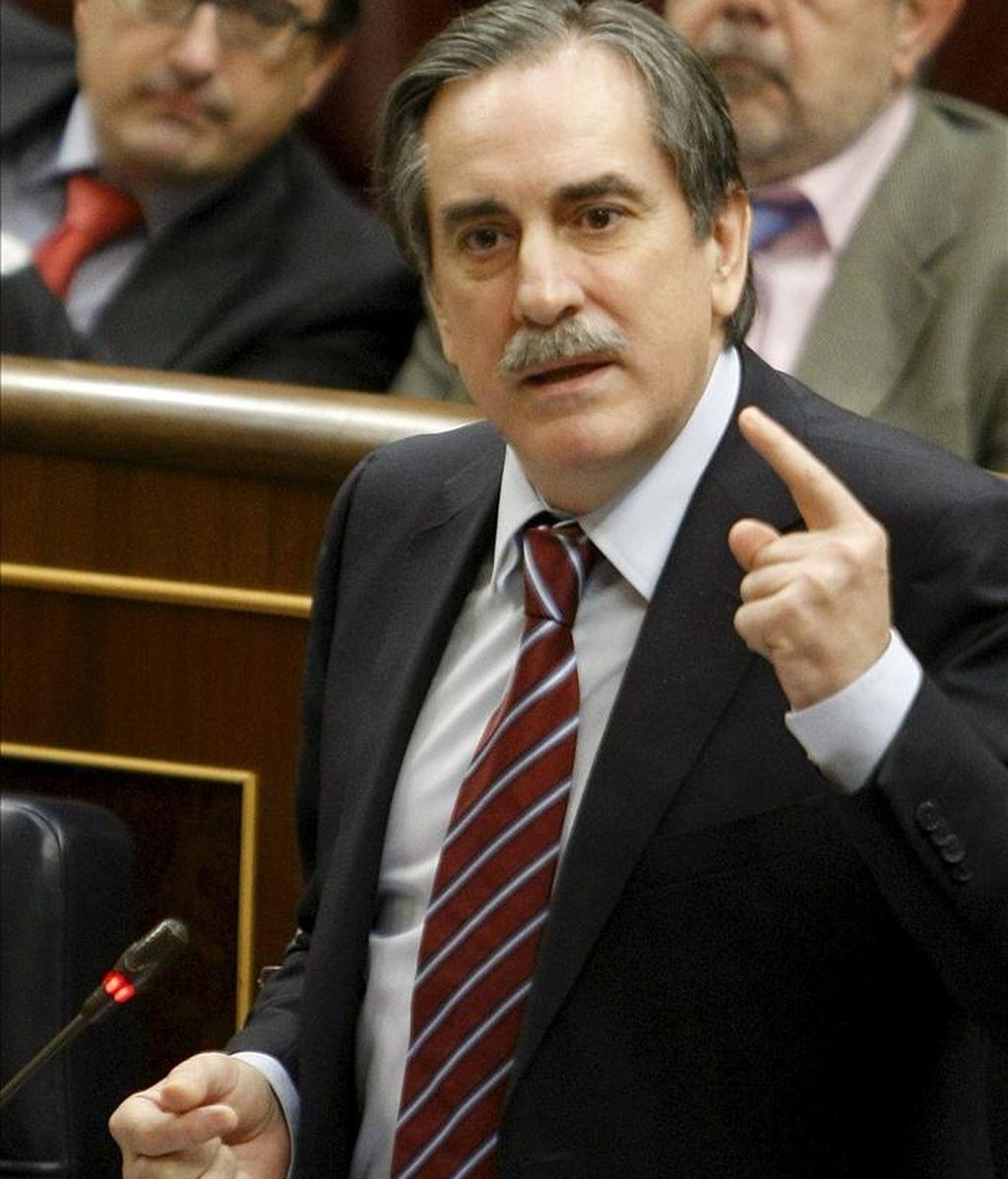 El ministro de Trabajo e Inmigración, Valeriano Gómez, durante una de sus intervenciones en la sesión de control al Ejecutivo en el pleno del Congreso de hoy. EFE