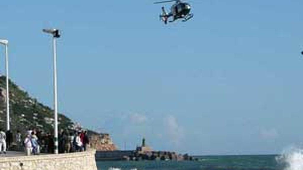 Un grupo de personas siguen las labores de rescate. Foto: www.diarioinformacion.es