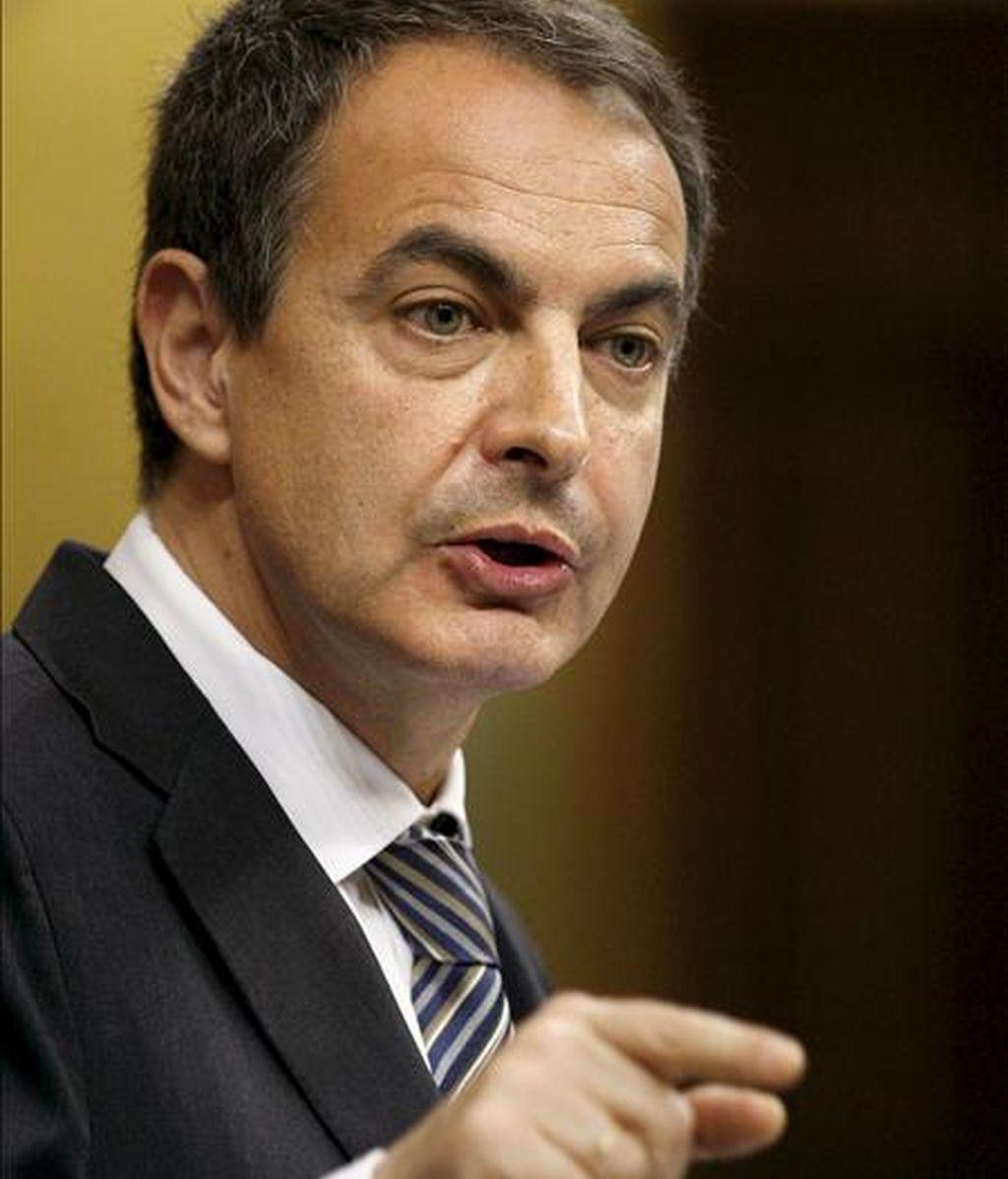 En la imagen, el presidente del Gobierno, José Luis Rodríguez Zapatero, durante su intervención en la sesión de control al Ejecutivo celebrada hoy en el Congreso de los Diputados, donde informó sobre la reciente remodelación del Gobierno EFE