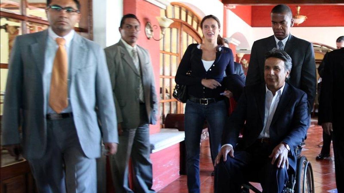 """El vicepresidente ecuatoriano, Lenín Moreno (d), es conducido durante un evento en la localidad de Puembo, donde afirmó que al país lo que le espera en los próximos tres años es """"mucho más de revolución, más de cambio, más de transformaciones, más de trabajo en beneficio del pueblo"""". EFE"""