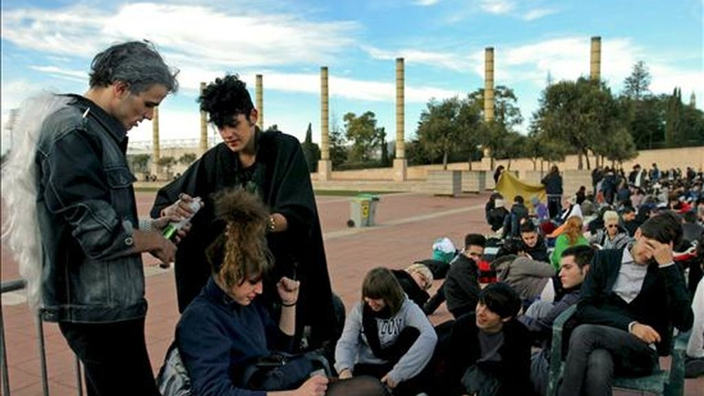 Dos chicos moldean el peinado de una joven mientras guardan cola ante el Palau Sant Jordi para poder ver a la artista Lady Gaga, que ofrecerá esta noche en Barcelona. EFE