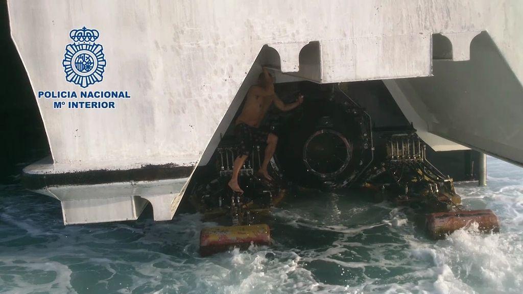 Un inmigrante intentó entrar en España agazapado en las hélices de un ferry